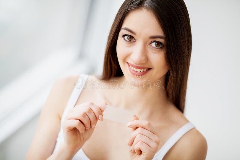 Υγεία και ομορφιά Όμορφο νέο κορίτσι με τη λευκιά εκμετάλλευση δοντιών στοκ φωτογραφία με δικαίωμα ελεύθερης χρήσης