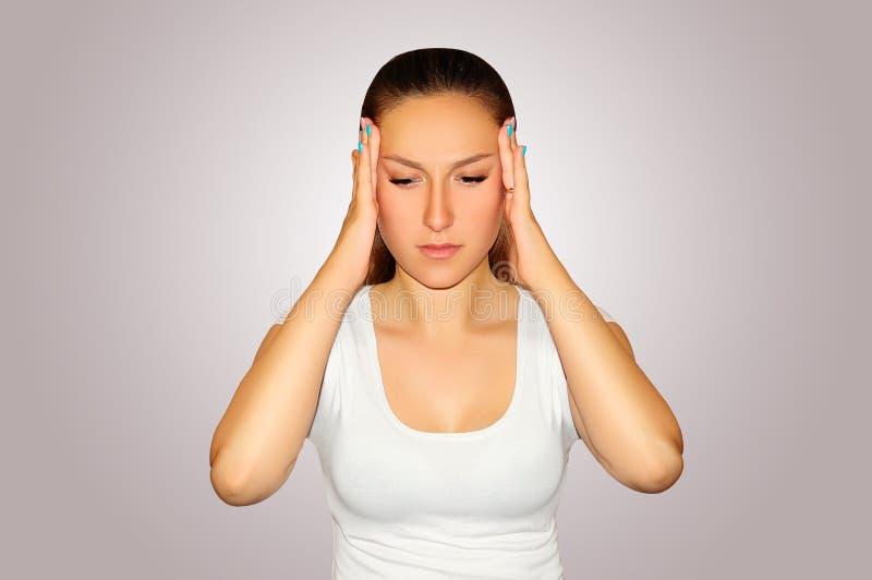 Υγεία και πόνος Νέα γυναίκα που έχει τον ισχυρό πονοκέφαλο έντασης clo στοκ εικόνα