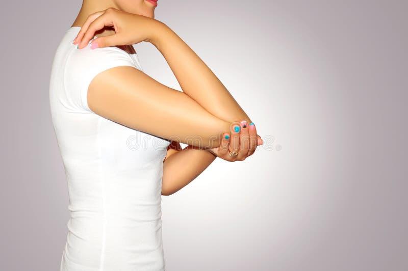 Υγεία και πόνος Νέα γυναίκα που έχει τον ισχυρό πονοκέφαλο έντασης clo στοκ φωτογραφία με δικαίωμα ελεύθερης χρήσης