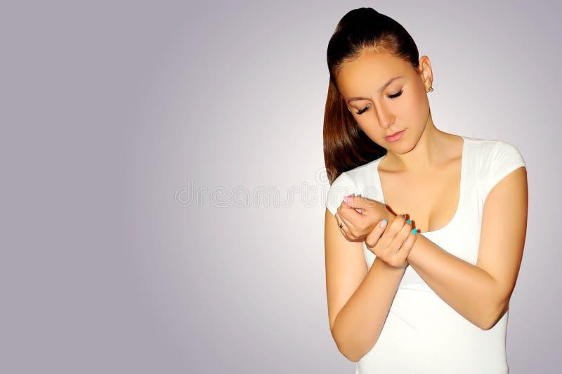 Υγεία και πόνος Νέα γυναίκα που έχει τον ισχυρό πονοκέφαλο έντασης clo στοκ εικόνα με δικαίωμα ελεύθερης χρήσης