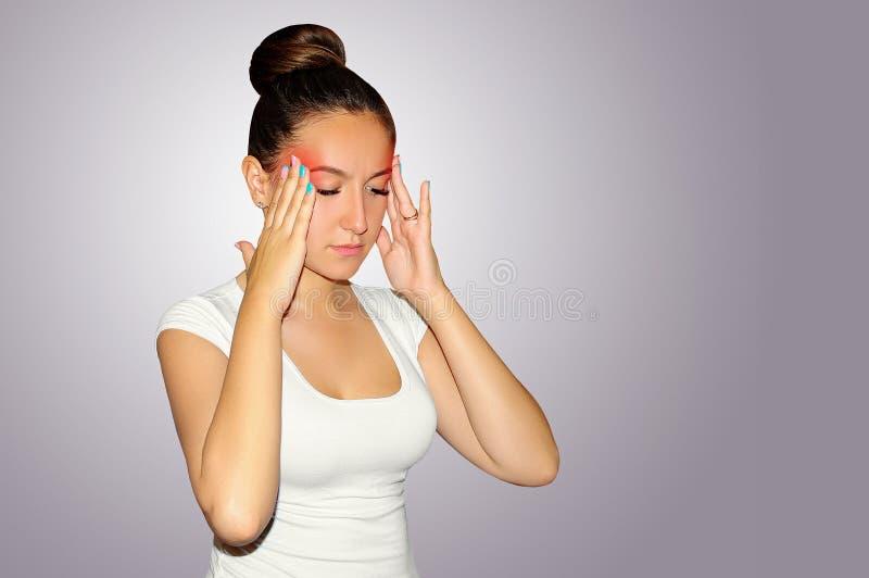 Υγεία και πόνος Νέα γυναίκα που έχει τον ισχυρό πονοκέφαλο έντασης clo στοκ φωτογραφίες με δικαίωμα ελεύθερης χρήσης