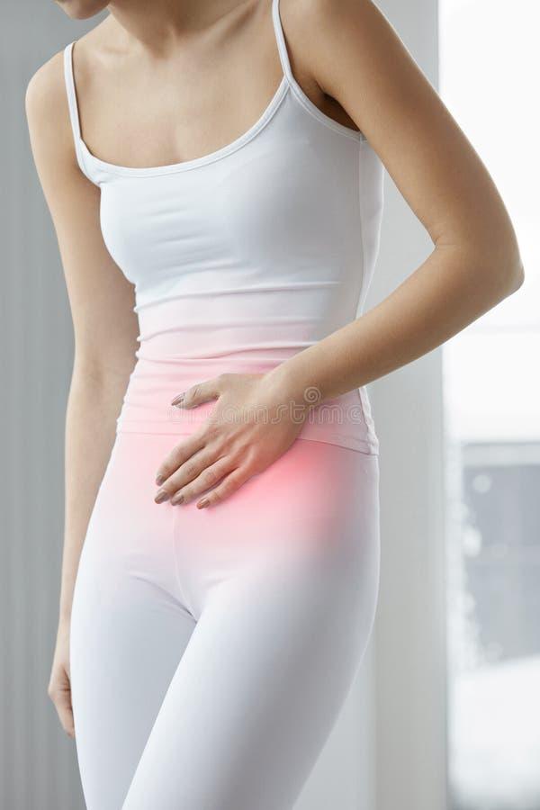 Υγεία στομαχιών Κινηματογράφηση σε πρώτο πλάνο του όμορφου θηλυκού σώματος που αισθάνεται τον πόνο στοκ εικόνα