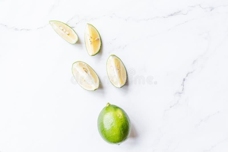 Υγειονομική περίθαλψη, ικανότητα, υγιής έννοια διατροφής διατροφής Φρέσκο κοκτέιλ ασβέστη, detox ποτό, λεμονάδα σε ένα βάζο γυαλι στοκ εικόνες