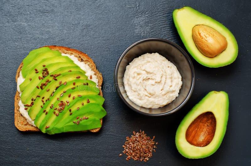 Υγιές άσπρο σάντουιτς προγευμάτων σίκαλης αβοκάντο hummus φασολιών στοκ εικόνες