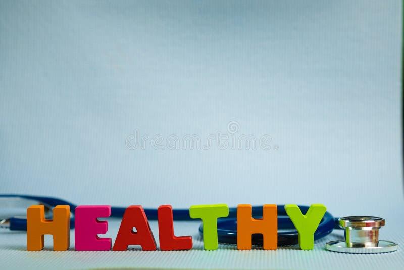 Υγιές αλφάβητο κειμένων με το στηθοσκόπιο, υγιής και την υγειονομική περίθαλψη στοκ φωτογραφίες