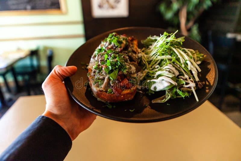 Υγιές γεύμα μέσα στο καθιερώνον τη μόδα bistro στοκ εικόνες