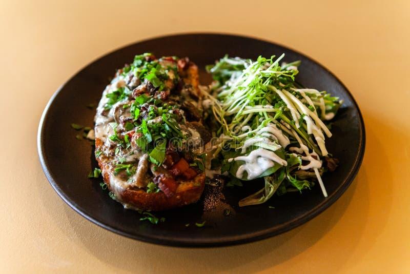 Υγιές γεύμα μέσα στο καθιερώνον τη μόδα bistro στοκ φωτογραφίες με δικαίωμα ελεύθερης χρήσης