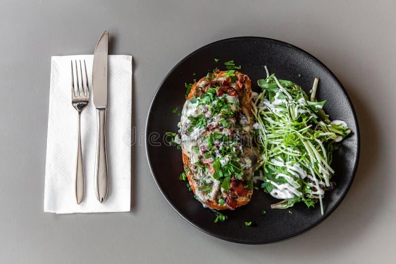 Υγιές γεύμα μέσα στο καθιερώνον τη μόδα bistro στοκ εικόνα