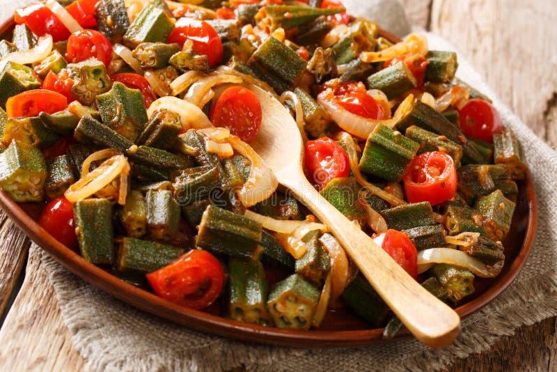 Υγιές διαιτητικό okra γεύματος με τις ντομάτες και κινηματογράφηση σε πρώτο πλάνο κρεμμυδιών στο α στοκ φωτογραφίες