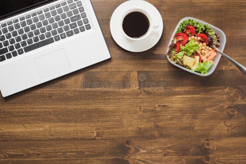 Υγιές επιχειρησιακό μεσημεριανό γεύμα στην αρχή, σαλάτα, καφές στον ξύλινο πίνακα Τοπ άποψη με το διάστημα αντιγράφων Υγιής διατρ στοκ φωτογραφίες με δικαίωμα ελεύθερης χρήσης