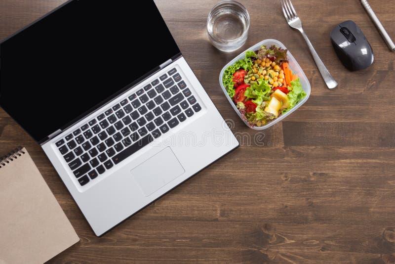 Υγιές επιχειρησιακό μεσημεριανό γεύμα στην αρχή, σαλάτα, νερό στον ξύλινο πίνακα Τοπ άποψη με το διάστημα αντιγράφων Υγιής διατρο στοκ φωτογραφίες με δικαίωμα ελεύθερης χρήσης
