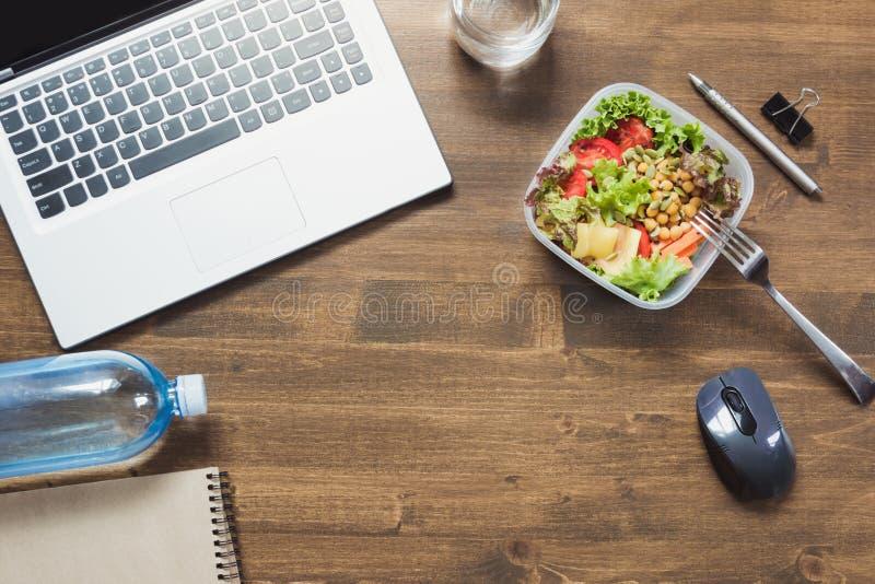 Υγιές επιχειρησιακό μεσημεριανό γεύμα στην αρχή, σαλάτα, νερό στον ξύλινο πίνακα Τοπ άποψη με το διάστημα αντιγράφων Υγιής διατρο στοκ φωτογραφία με δικαίωμα ελεύθερης χρήσης
