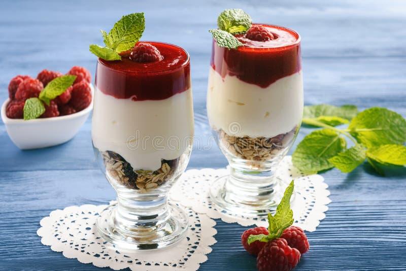 Υγιές επιδόρπιο γιαουρτιού με mousse muesli και σμέουρων στοκ εικόνα με δικαίωμα ελεύθερης χρήσης