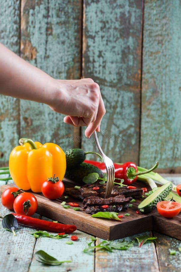 Υγιές θρεπτικό πρωτεϊνικό γεύμα Λεπτό χέρι γυναικών που φθάνει για στοκ εικόνες