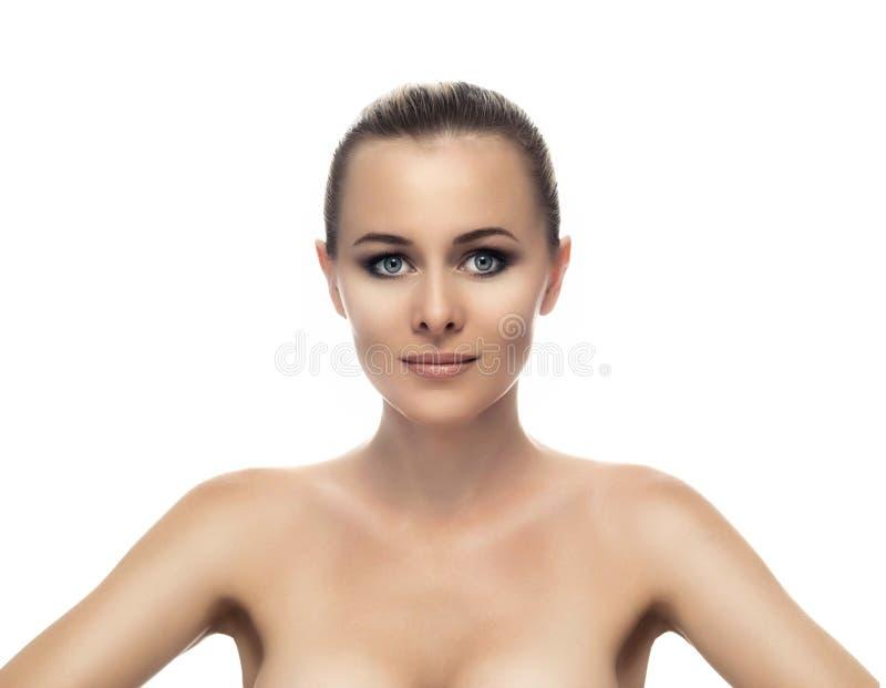 Υγιές καθαρό δέρμα του όμορφου νέου περίβολου γυναικών στοκ εικόνα με δικαίωμα ελεύθερης χρήσης