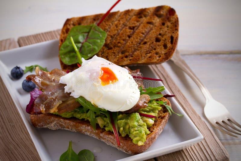 Υγιές κύπελλο σαλάτας με quinoa, τα μανιτάρια και τα μικτά πράσινα Υγιή χορτοφάγα και vegan τρόφιμα στοκ φωτογραφίες με δικαίωμα ελεύθερης χρήσης