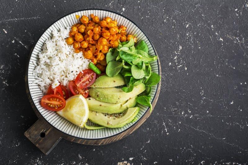 Υγιές κύπελλο μεσημεριανού γεύματος: basmati ρύζι, chickpeas στη σάλτσα ντοματών, αβοκάντο, ντομάτες κερασιών, σαλάτα καλαμποκιού στοκ εικόνες