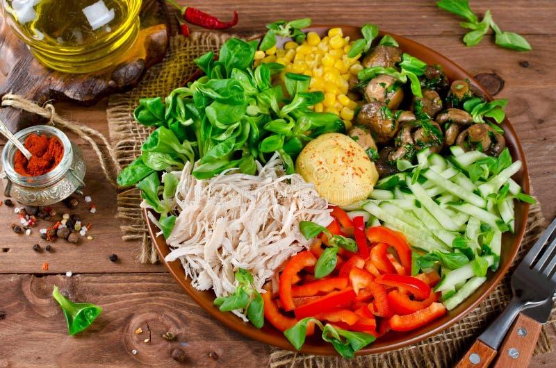 Υγιές κύπελλο σαλάτας με το κοτόπουλο, μανιτάρια, καλαμπόκι, αγγούρια, swe στοκ εικόνα με δικαίωμα ελεύθερης χρήσης