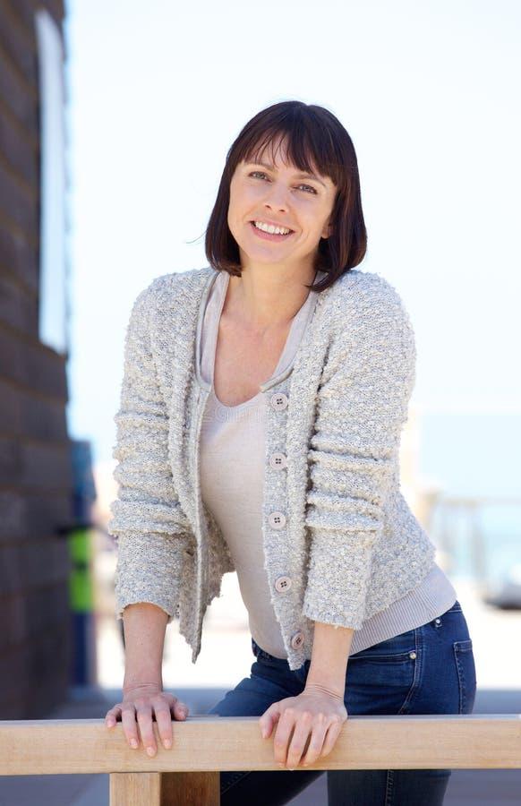 Υγιές μέσο ηλικίας χαμόγελο γυναικών στοκ εικόνες με δικαίωμα ελεύθερης χρήσης