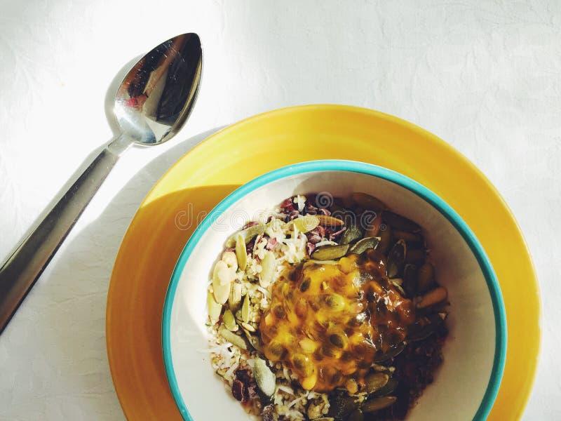 Υγιές μεξικάνικο πρόγευμα: ξεφγμένος αμάραντος, σπόροι κολοκύθας, καρύδα, κακάο, passionfruit στοκ εικόνες