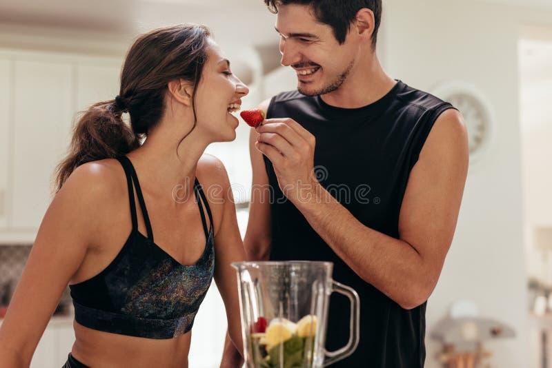 Υγιές νέο ζεύγος στην κουζίνα στοκ φωτογραφία με δικαίωμα ελεύθερης χρήσης