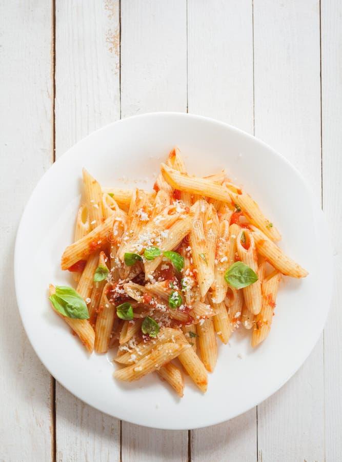 Υγιές πιάτο των ιταλικών ζυμαρικών penne με το βασιλικό στοκ εικόνες
