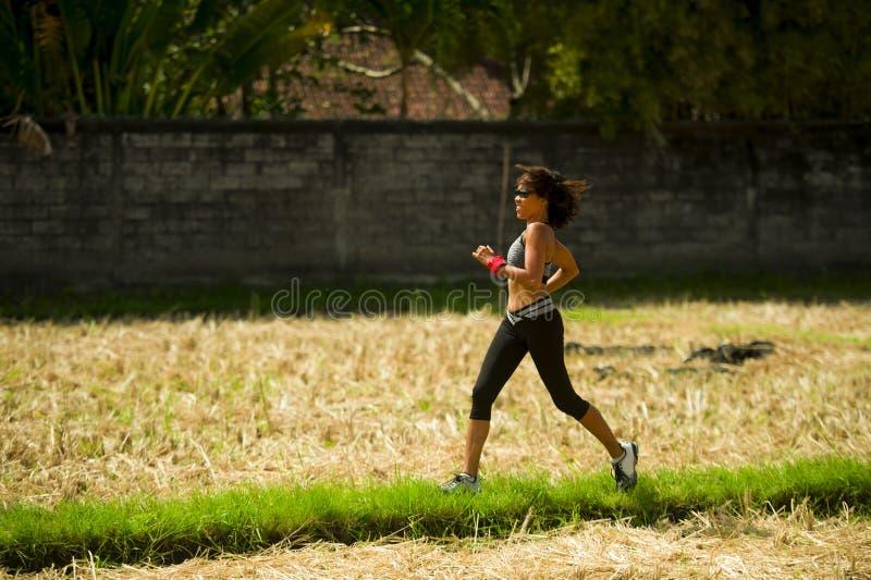 Υγιές πορτρέτο τρόπου ζωής της νέας ευτυχούς και κατάλληλης ασιατικής κινεζικής γυναίκας δρομέων να τρέξει workout υπαίθρια στο π στοκ εικόνα
