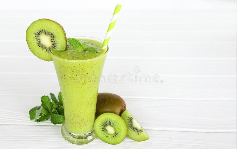 Υγιές πράσινο ποτό καταφερτζήδων χυμού γιαουρτιού μήλων ακτινίδιων στοκ εικόνες με δικαίωμα ελεύθερης χρήσης