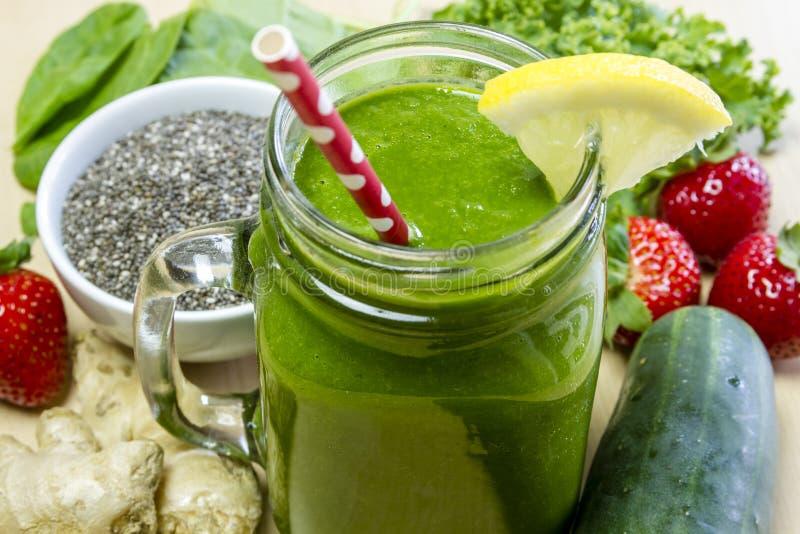Υγιές πράσινο ποτό καταφερτζήδων χυμού στοκ εικόνες