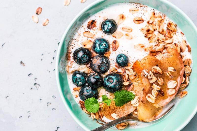 Υγιές πρόγευμα - γιαούρτι, νιφάδες βρωμών, βακκίνια και μήλα στοκ φωτογραφίες