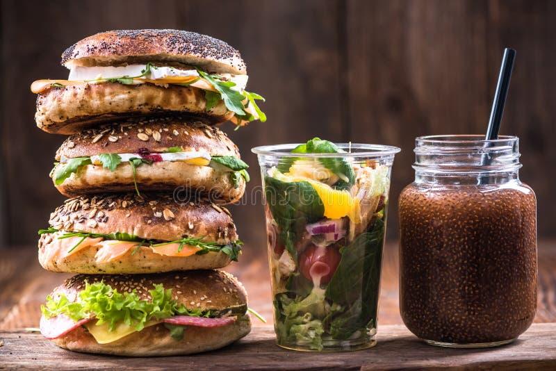 Υγιές πρόγευμα διατροφής ή brunchBagels, καταφερτζής και σαλάτα στοκ φωτογραφίες με δικαίωμα ελεύθερης χρήσης