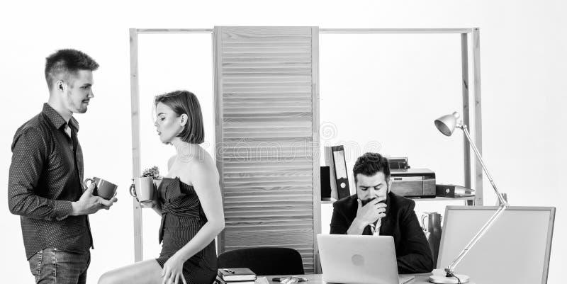 Υγιές πρόγευμα δύο συνάδελφοι που πίνουν το τσάι ή τον καφέ για τους νέους διευθυντές προγευμάτων που μιλούν κατά τη διάρκεια του στοκ εικόνες