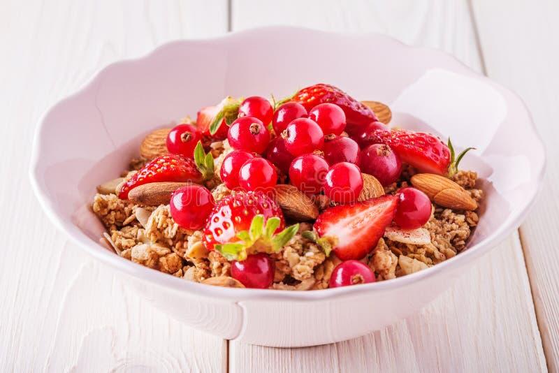 Υγιές πρόγευμα - κύπελλο του granola βρωμών με τους νωπούς καρπούς, αμύγδαλο στοκ φωτογραφίες με δικαίωμα ελεύθερης χρήσης