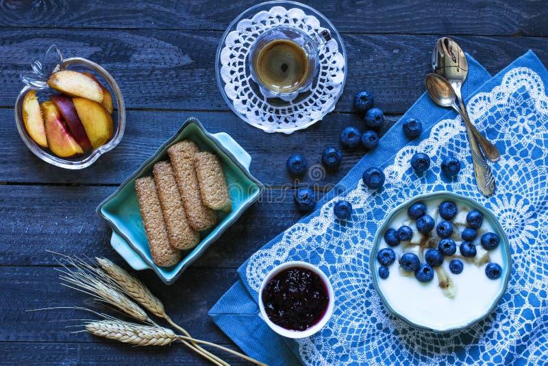 Υγιές πρόγευμα με τα βακκίνια και το γιαούρτι μπανανών στοκ εικόνα με δικαίωμα ελεύθερης χρήσης