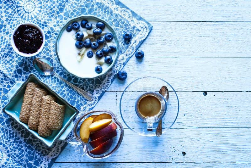 Υγιές πρόγευμα με τα βακκίνια και το γιαούρτι μπανανών στοκ εικόνες