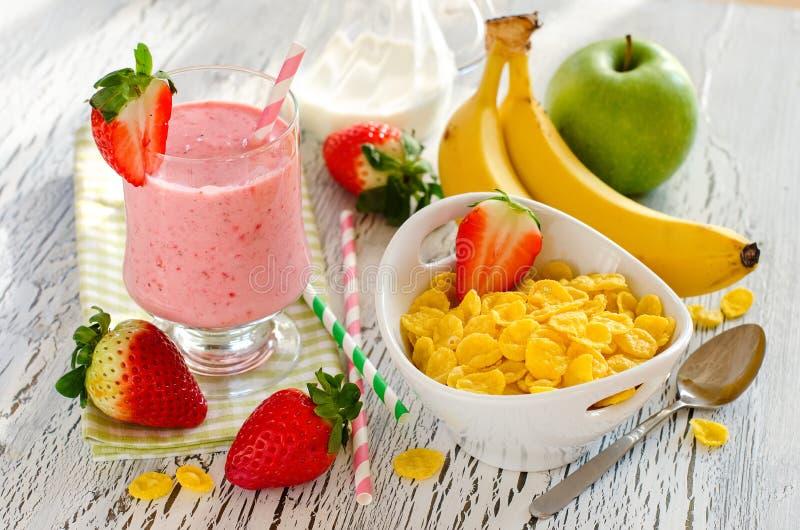 Υγιές πρόγευμα με τα δημητριακά, το καταφερτζή φραουλών και τα φρούτα στοκ φωτογραφίες