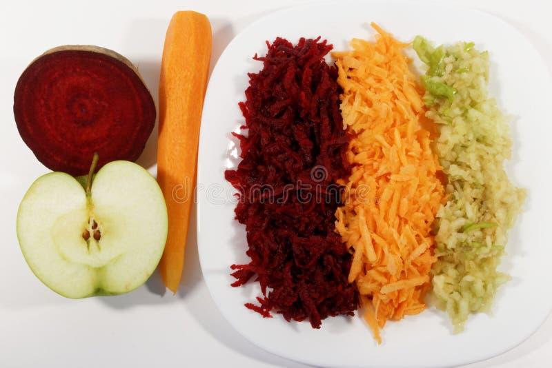Υγιές πρόγευμα, ξυμένο μήλο, καρότο και τεύτλο στοκ εικόνες