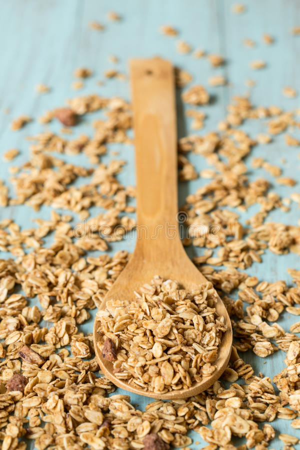 Υγιές πρόγευμα Granola αμυγδάλων που ανατρέπει με το ξύλινο κουτάλι στοκ εικόνα με δικαίωμα ελεύθερης χρήσης