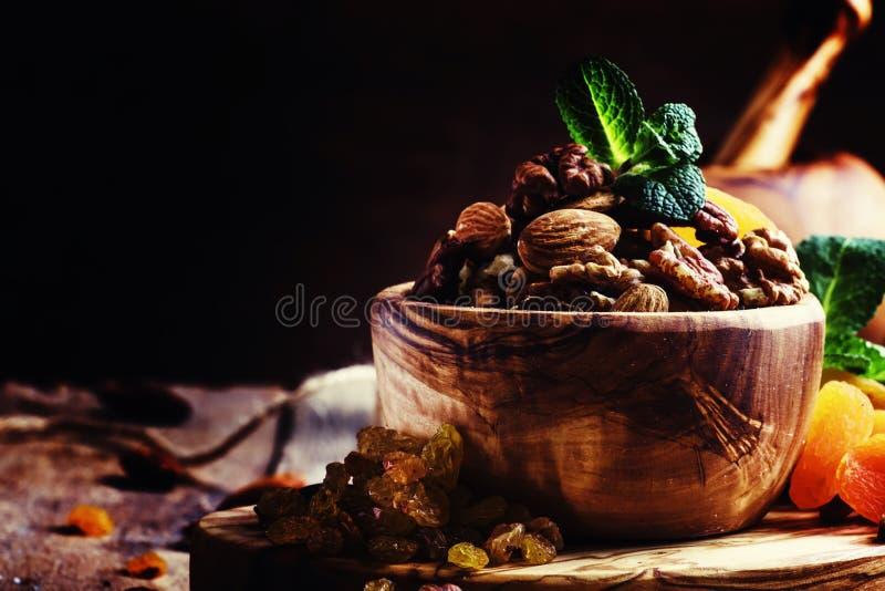 Υγιές πρόχειρο φαγητό: ακατέργαστα καρύδια και - φρούτα, που διακοσμούνται ξηρός με τη μέντα VI στοκ εικόνες με δικαίωμα ελεύθερης χρήσης