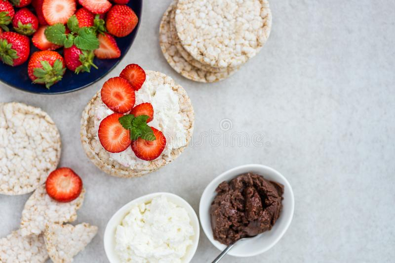 Υγιές πρόχειρο φαγητό από τα κέικ ρυζιού με το φουντούκι που διαδίδεται, Ricotta Chee στοκ εικόνα με δικαίωμα ελεύθερης χρήσης