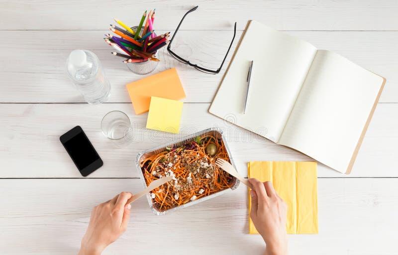 Υγιές πρόχειρο φαγητό επιχειρησιακού μεσημεριανού γεύματος στην αρχή, σαλάτα καρότων στοκ φωτογραφία με δικαίωμα ελεύθερης χρήσης