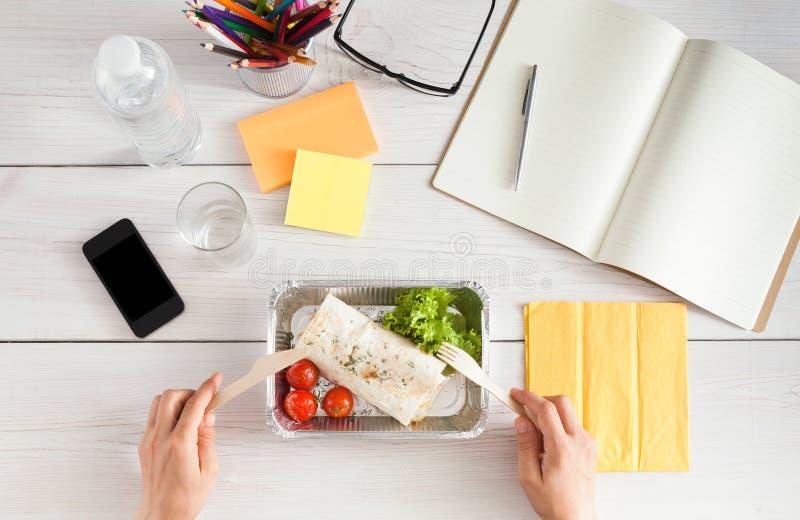 Υγιές πρόχειρο φαγητό επιχειρησιακού μεσημεριανού γεύματος στην αρχή, flatbread ρόλος στοκ εικόνες