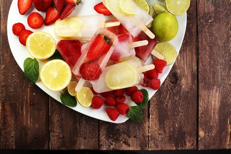 Υγιές σμέουρο, λεμόνι, ασβέστης, φράουλα popsicles με φρέσκο στοκ εικόνες