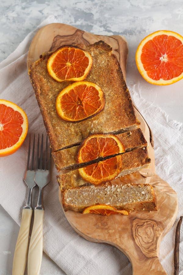 Υγιές σπιτικό πορτοκαλί κέικ με την καρύδα, διάστημα αντιγράφων Υγιές β στοκ φωτογραφία