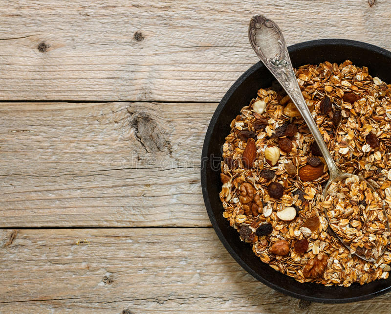 Υγιές σπιτικό granola προγευμάτων με τα καρύδια, το μέλι και τα φρέσκα μούρα στοκ εικόνα με δικαίωμα ελεύθερης χρήσης