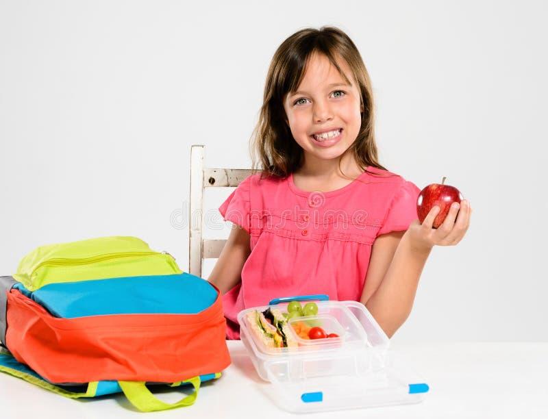 Υγιές συσκευασμένο καλαθάκι με φαγητό για το κορίτσι δημοτικών σχολείων στοκ φωτογραφίες