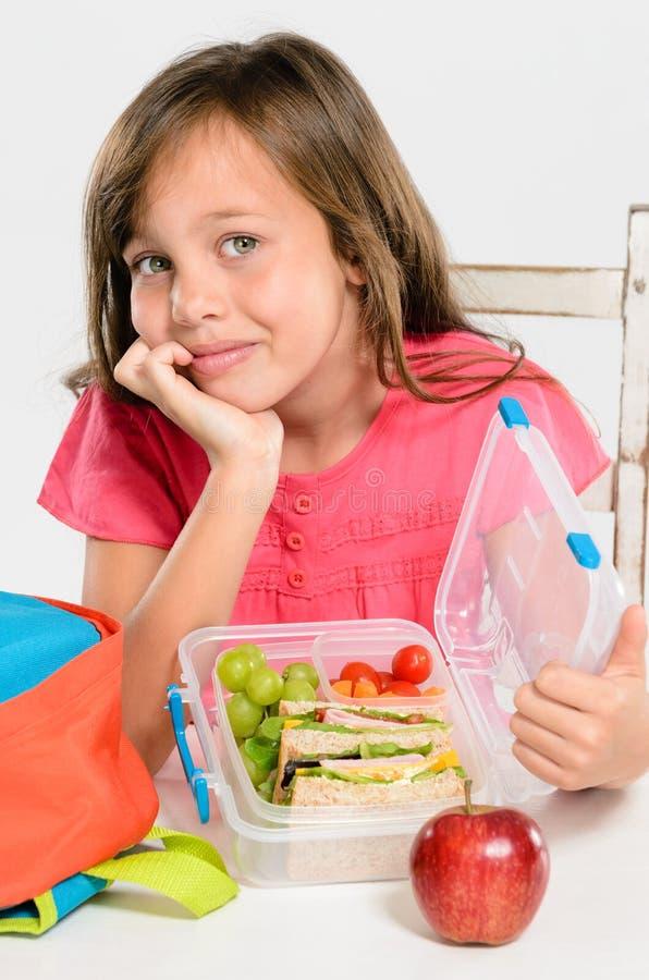 Υγιές συσκευασμένο καλαθάκι με φαγητό για το κορίτσι δημοτικών σχολείων στοκ φωτογραφία με δικαίωμα ελεύθερης χρήσης