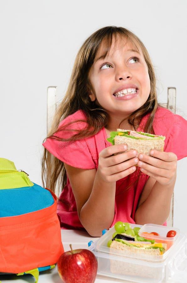 Υγιές συσκευασμένο καλαθάκι με φαγητό για το κορίτσι δημοτικών σχολείων στοκ εικόνα με δικαίωμα ελεύθερης χρήσης