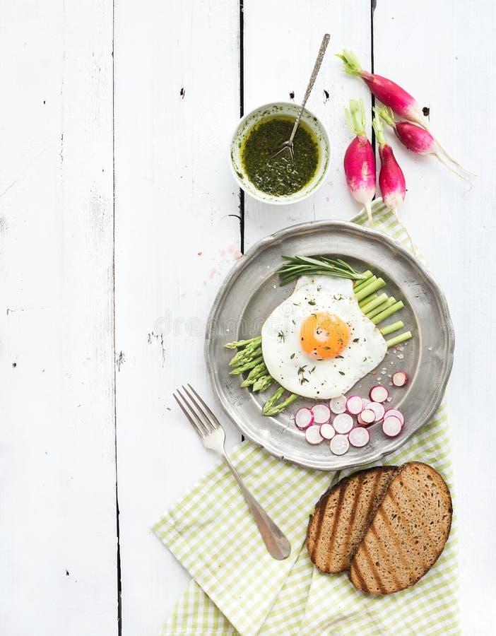 Υγιές σύνολο προγευμάτων Τηγανισμένο αυγό με το σπαράγγι στοκ εικόνα