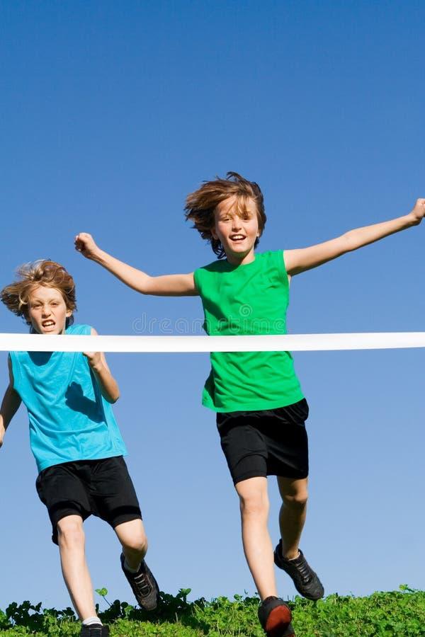 υγιές τρέξιμο φυλών παιδιών στοκ εικόνες με δικαίωμα ελεύθερης χρήσης
